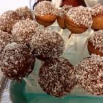1כדורי עוגת תפוזים בציפוי גנאש שוקולד וקוקוס